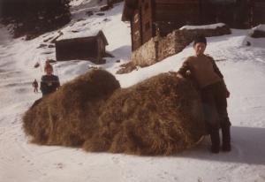 Bernhard Tönz mit Sohn Heinrich beim Heuziehen ca. 1975