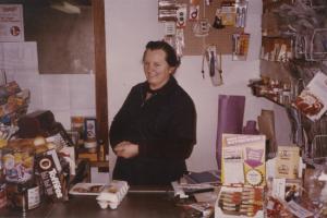 Helena Derungs-Jörger im Kolonialwarenladen Gassa ca. 1970